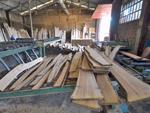 Proceso de serrado de madera en Maderas Angel Suárez S.L.